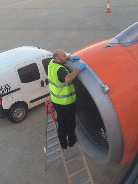 Imaginea pe care nu vrea sa o vada niciun pasager: Avion reparat cu banda adeziva, inainte de decolare