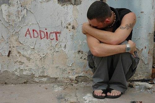 Ce posibilitate ofera Legea 143/2000 persoanei cercetate pentru deţinere illegala de droguri pentru propriul consum de a nu mai executa pedeapsa privativă de libertate